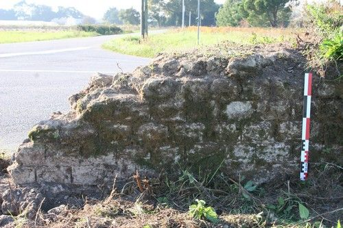 Détail du mur bahut, avec joints de mortier tirés au fer, à La Poitevinière (Cliché M. Monteil, 2010).